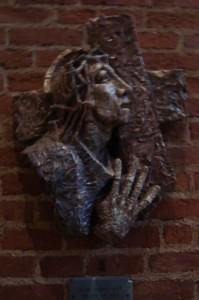 Statie 2 - Jezus neemt het kruis op Zijn schouders