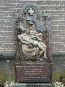 Kunstenaars verzetsmonument (voormalig grafmonument) Antonius Abt kerk Mook