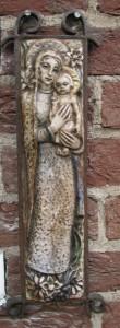 Maria met kind, keramiek, 52x12 cm(1934)